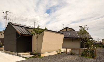 acrab/HUBのような役割を持つ、光庭をめぐる2層の回遊動線をもつ住宅。 (外観)
