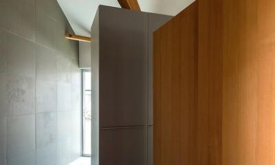 acrab/HUBのような役割を持つ、光庭をめぐる2層の回遊動線をもつ住宅。 (廊下)