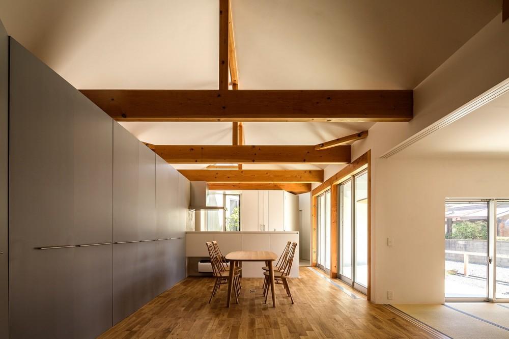 acrab/HUBのような役割を持つ、光庭をめぐる2層の回遊動線をもつ住宅。 (リビングダイニングキッチン)