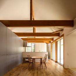 acrab/HUBのような役割を持つ、光庭をめぐる2層の回遊動線をもつ住宅。