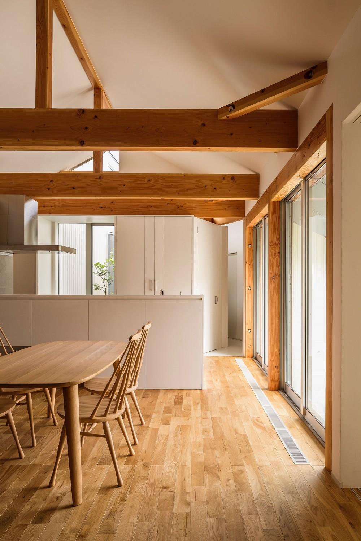 acrab/HUBのような役割を持つ、光庭をめぐる2層の回遊動線をもつ住宅。 (ダイニングキッチン)