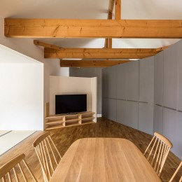 acrab/HUBのような役割を持つ、光庭をめぐる2層の回遊動線をもつ住宅。-リビングダイニング