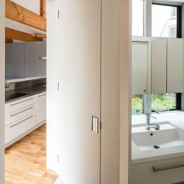 acrab/HUBのような役割を持つ、光庭をめぐる2層の回遊動線をもつ住宅。 (洗面所)