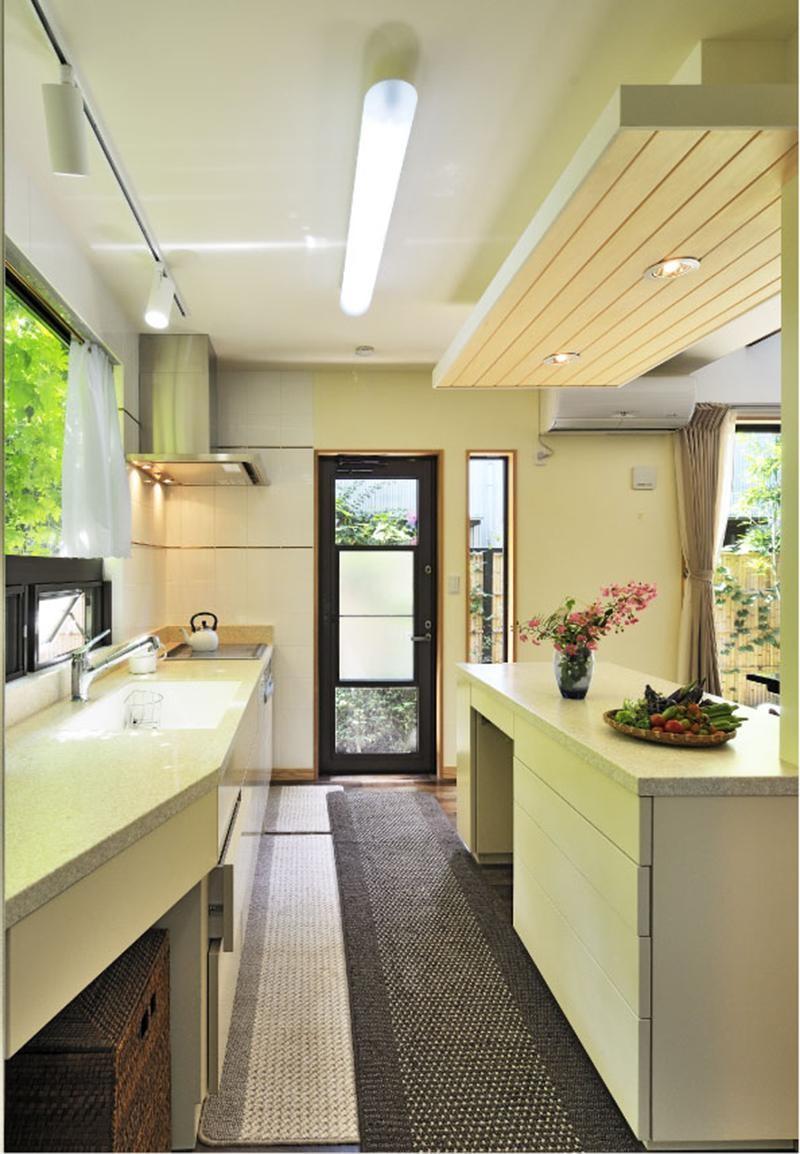 木立の中の光あふれるリビング (キッチン)