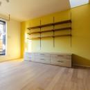 明るく楽しい色づかいの写真 黄色い壁紙のリビング