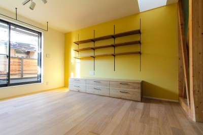 黄色い壁紙のリビング (明るく楽しい色づかい)
