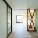 明るく楽しい色づかいの写真 グリーンの壁紙のダイニングスペース