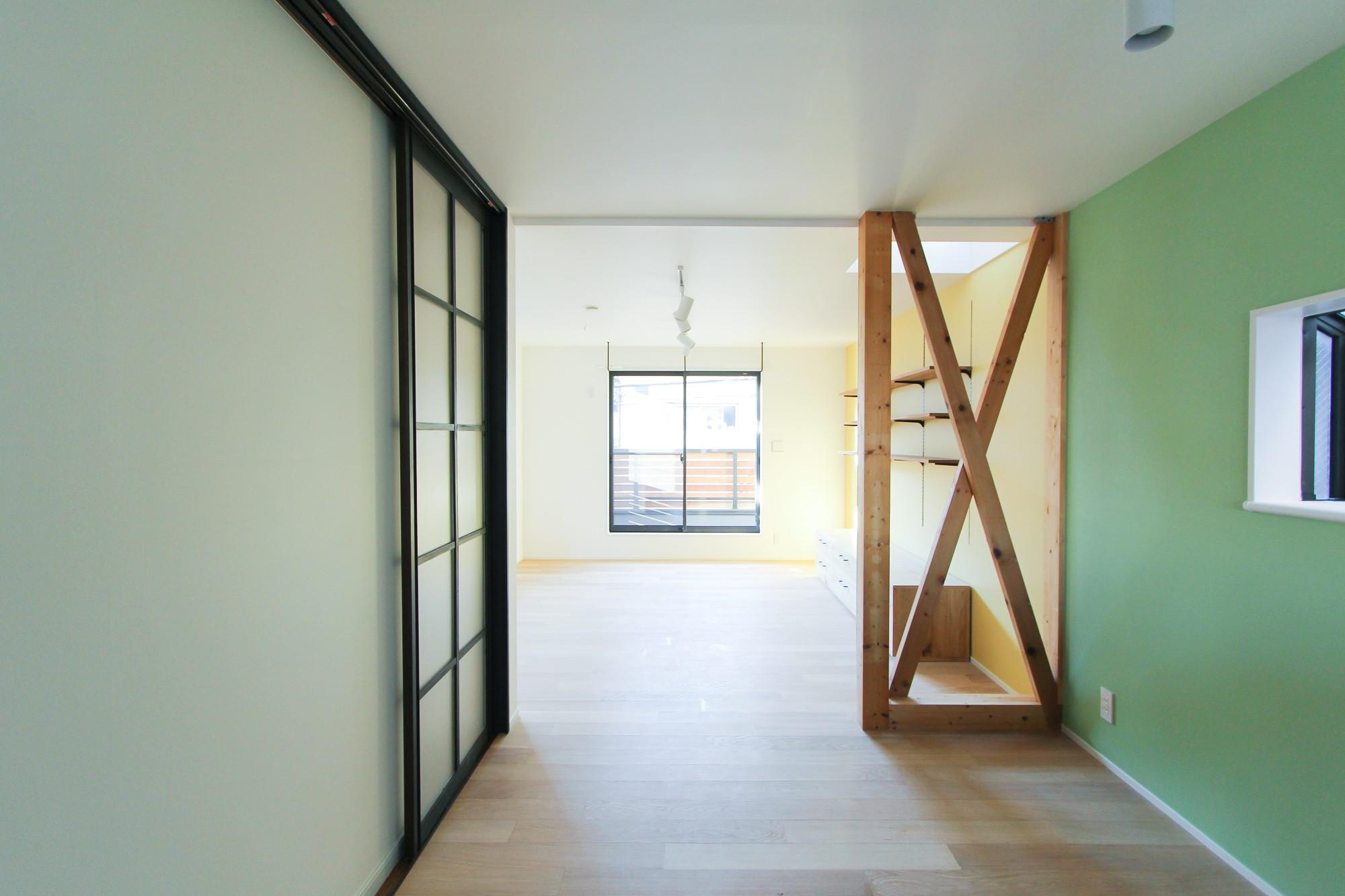 グリーンの壁紙のダイニングスペース 明るく楽しい色づかい リビングダイニング事例 Suvaco スバコ