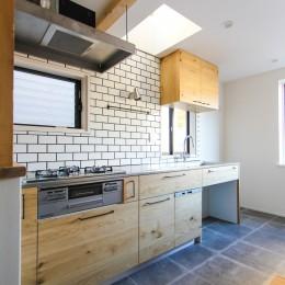 明るく楽しい色づかい (タイル貼りの壁とオリジナル造作のキッチン)