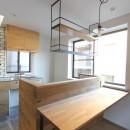 明るく楽しい色づかいの写真 キッチンと対面のカウンターデスク