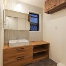 明るく楽しい色づかいの写真 タイル貼りの壁と造作の洗面カウンター