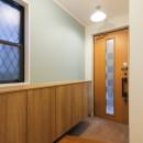 明るく楽しい色づかいの写真 玄関の靴収納
