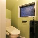 明るく楽しい色づかいの写真 グリーンの壁紙のトイレ