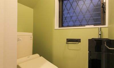 明るく楽しい色づかい (グリーンの壁紙のトイレ)