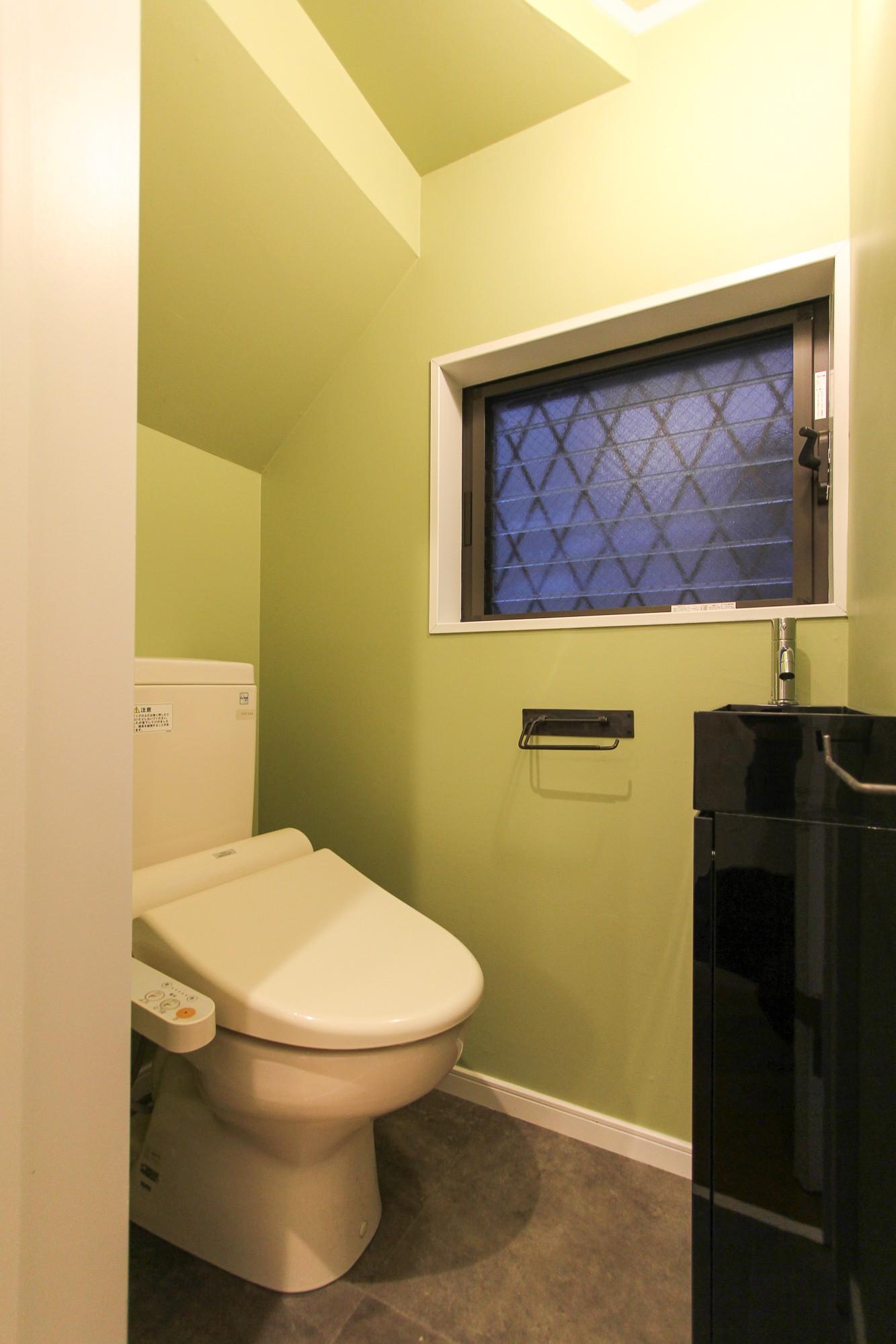 グリーンの壁紙のトイレ 明るく楽しい色づかい バス トイレ事例 Suvaco スバコ