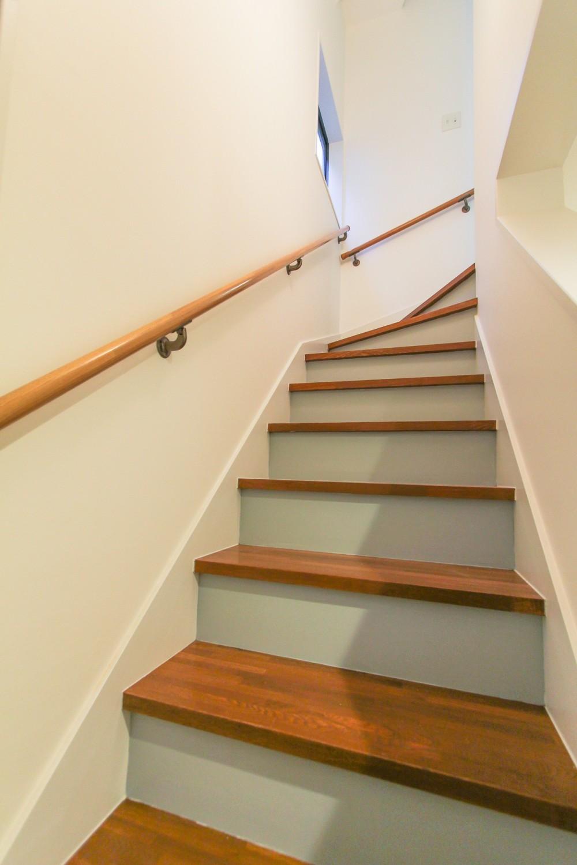 明るく楽しい色づかい (階段の蹴込はグレーに塗装)