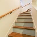 明るく楽しい色づかいの写真 階段の蹴込はグレーに塗装