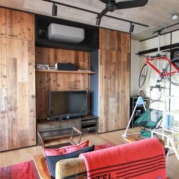 素材感で味付けしてよみがえるマンションリノベーション (リビングの壁面収納)