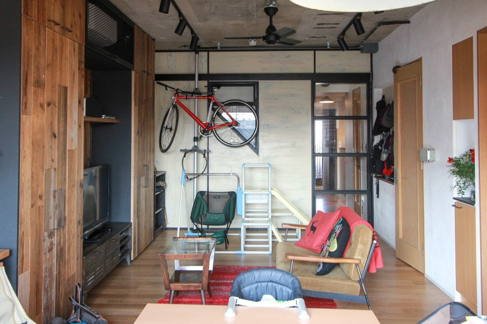 素材感で味付けしてよみがえるマンションリノベーション (リビングの一部の壁は木板貼り)