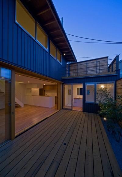 遠藤の家 夕景2 (遠藤の家~中庭から穏やかな光が差し込む家~)