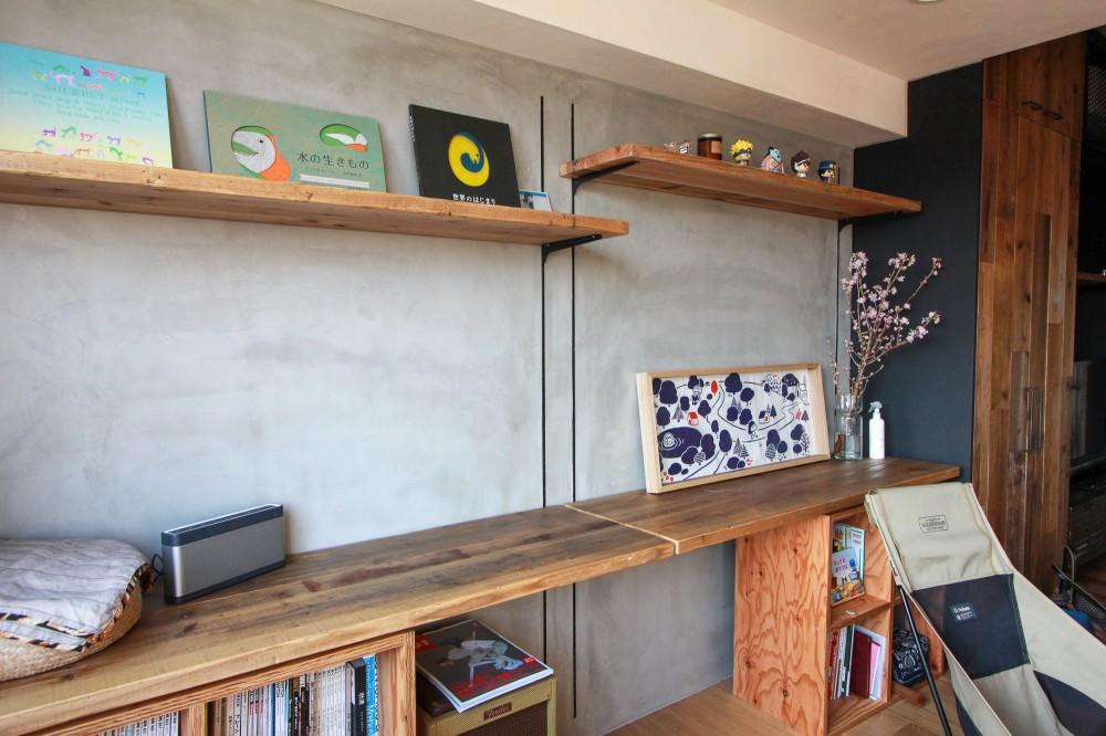 素材感で味付けしてよみがえるマンションリノベーション (モルタル壁と古材杉板のデスクカウンター)