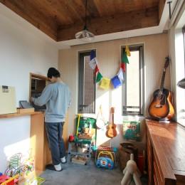 素材感で味付けしてよみがえるマンションリノベーション (折り上げ天井も古材杉板貼り。壁には有孔ボード。)