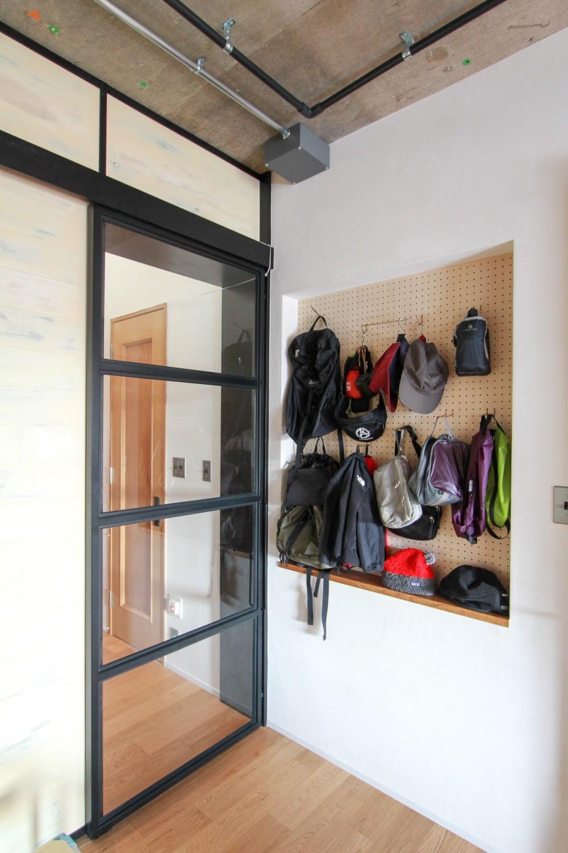 素材感で味付けしてよみがえるマンションリノベーション (スチール製のガラス引き戸と有効ボードの壁。)