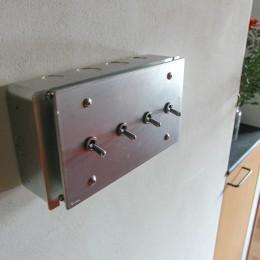 素材感で味付けしてよみがえるマンションリノベーション (インダストリアルな工業デザインのトグルスイッチ)