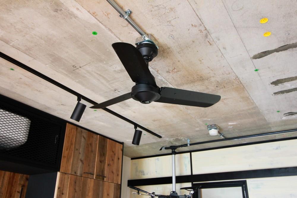 素材感で味付けしてよみがえるマンションリノベーション (コンクリートの躯体現しの天井とシーリングファン)
