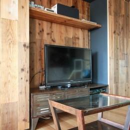 素材感で味付けしてよみがえるマンションリノベーション (手持ちのTVボードに合わせて造作した壁面収納)