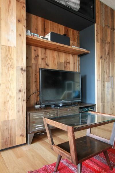 手持ちのTVボードに合わせて造作した壁面収納 (素材感で味付けしてよみがえるマンションリノベーション)