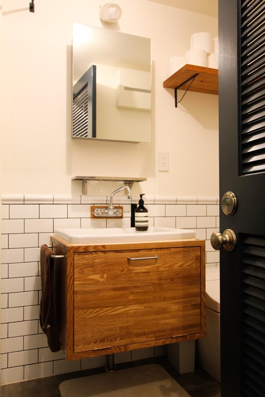インダストリアルモダンなSOHO (海外製の水栓器具とタイル貼りの洗面スペース)