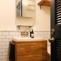 インダストリアルモダンなSOHO-海外製の水栓器具とタイル貼りの洗面スペース