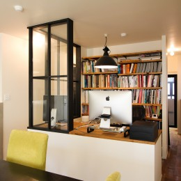 インダストリアルモダンなSOHO (ワークスペースと空間を仕切る室内窓)