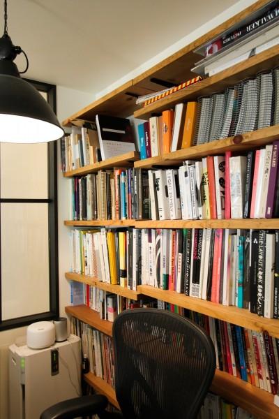 背面に本棚のあるワークスペース (インダストリアルモダンなSOHO)