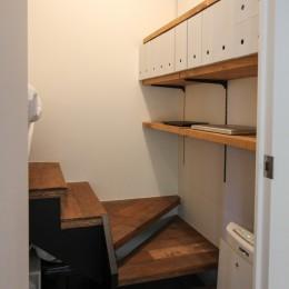 インダストリアルモダンなSOHO (ロフトになっているベッドスペースへの階段)