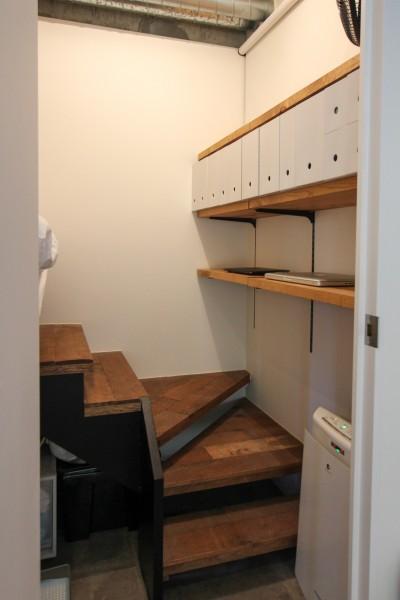 ロフトになっているベッドスペースへの階段 (インダストリアルモダンなSOHO)