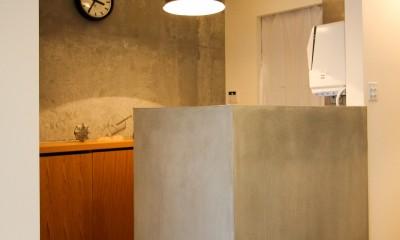 インダストリアルモダンなSOHO (モルタル仕上げのキッチン腰壁)