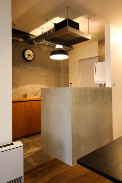 モルタル仕上げのキッチン腰壁 (インダストリアルモダンなSOHO)