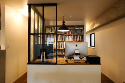ワークスペースと空間を仕切る室内窓 (インダストリアルモダンなSOHO)