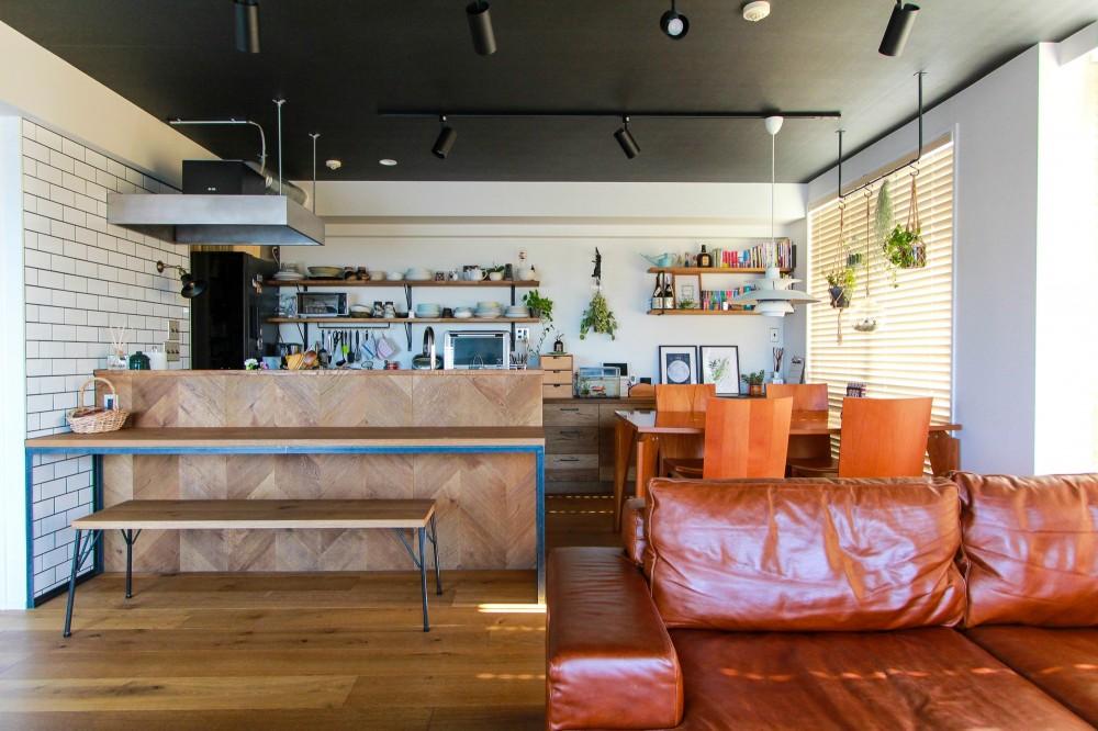 集って楽しいカフェテイストの家 (キッチンのカウンターとソファとダイニングテーブル)