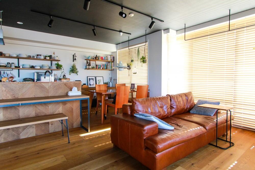 集って楽しいカフェテイストの家 (ダイニングスペースとソファ)