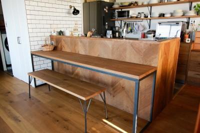 キッチンと対面のカウンターデスク (集って楽しいカフェテイストの家)