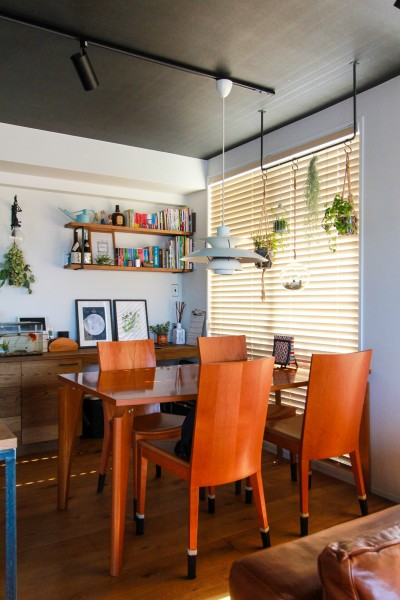 北欧のペンダントランプとダイニングテーブル (集って楽しいカフェテイストの家)