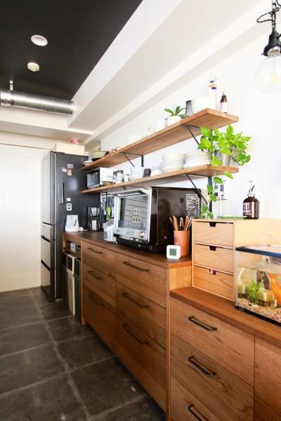 キッチンの背面収納 (集って楽しいカフェテイストの家)