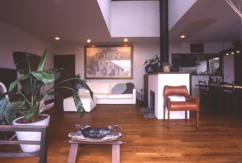 住まう楽しみ-100年住み継ぐ家の部屋 暖炉のあるリビング