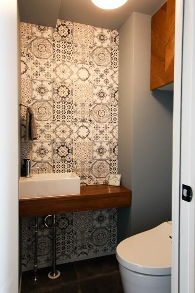 トイレのアクセント壁紙 (集って楽しいカフェテイストの家)