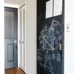 集って楽しいカフェテイストの家 (黒板塗装の引き戸)