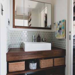 集って楽しいカフェテイストの家 (タイルと木枠の鏡のある洗面カウンター)