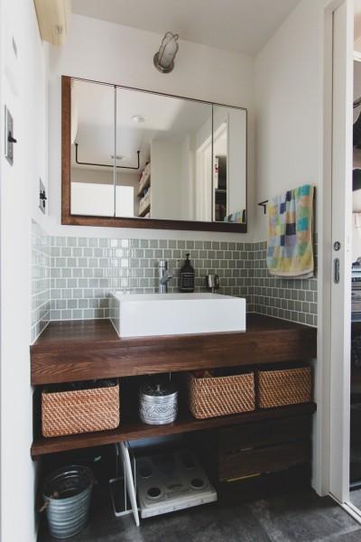タイルと木枠の鏡のある洗面カウンター (集って楽しいカフェテイストの家)